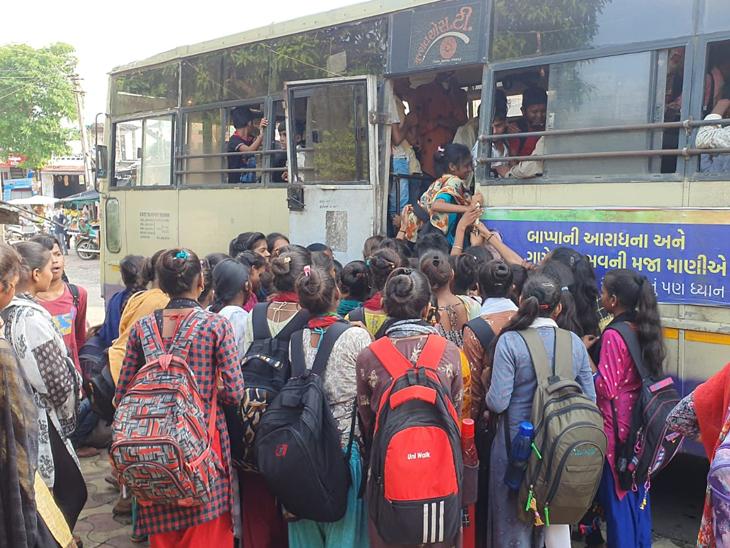 એસટી બસની પૂરતી સુવિધાના અભાવે વિદ્યાર્થીઓ હકડેઠઠ બેસે છે. - Divya Bhaskar