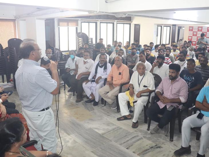 ભાજપ કાર્યાલય ખાતે પશુપાલકો સાથે મિટિંગ યોજાઇ હતી. - Divya Bhaskar