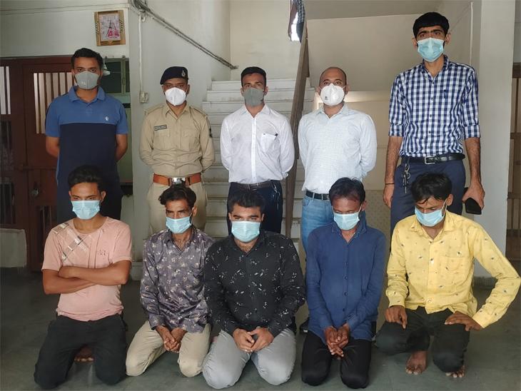 આરોપીઓ(બેસેલા) સાથે પોલીસ - Divya Bhaskar