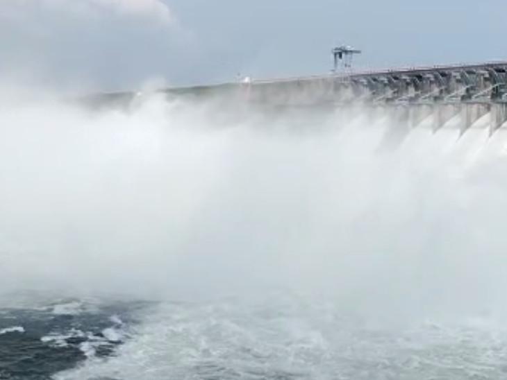 ડેમમાંથી માત્ર 11474 ક્યુસેક પાણી છોડવામાં આવી રહ્યું છે.
