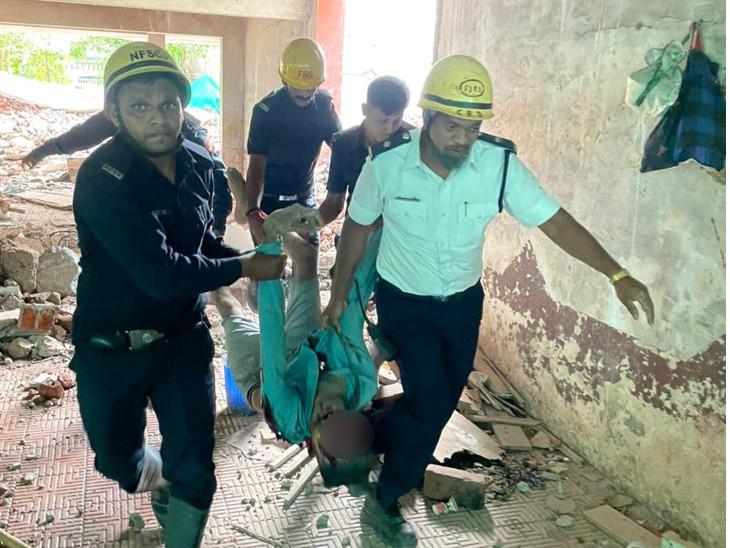 સ્લેબના કાટમાળ નીચે દબાયેલાને ફાયરબ્રિગેડ દ્વારા રેસ્કયુ કરવામાં આવ્યાં હતાં. - Divya Bhaskar