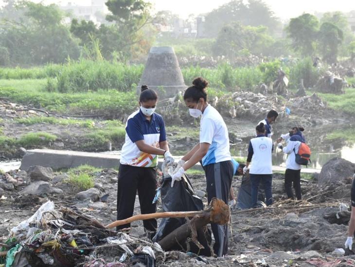 નદીકાંઠેથી રમતવીરોએ કચરો એકત્ર કર્યો - Divya Bhaskar