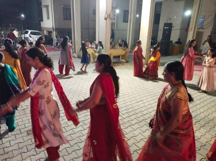 નવરાત્રિ મહોત્સવના પેહલા નોરતે અદમ્ય ઉત્સાહ સાથે લોકો ગરબે ઘૂમ્યા|ભાવનગર,Bhavnagar - Divya Bhaskar