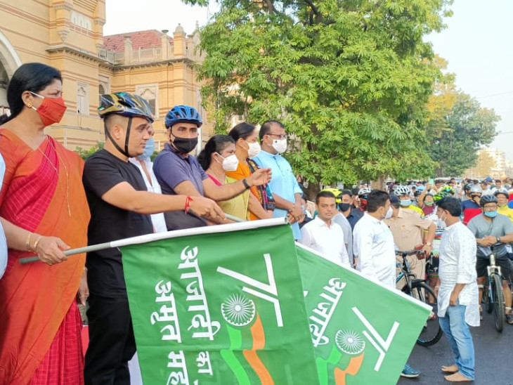 વડોદરા શહેર પોલીસ આયોજિત આઝાદી અમૃતપર્વ સાયકલ રેલીને ગૃહ રાજ્યમંત્રી પ્રસ્થાન કરાવ્યું