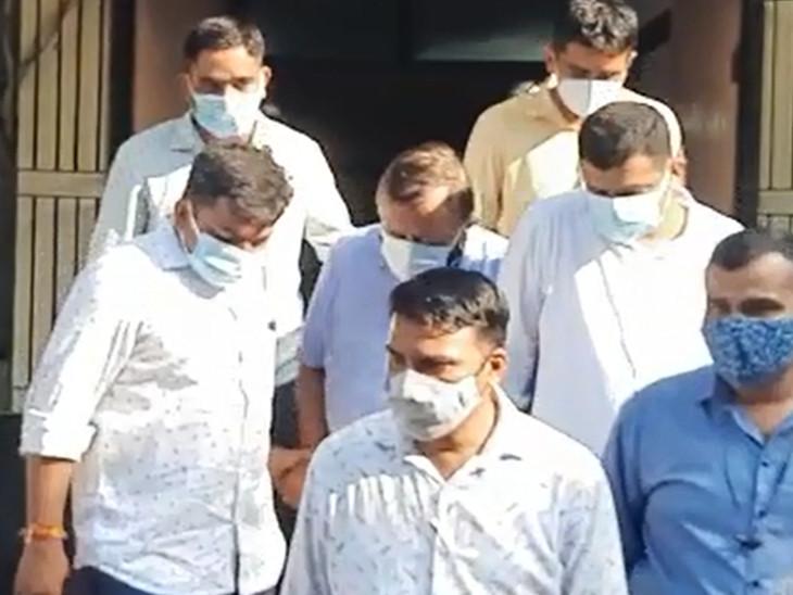આરોપી અશોક જૈનને કોવિડ ટેસ્ટ માટે સયાજી હોસ્પિટલમાં લઇ જવાયો હતો.