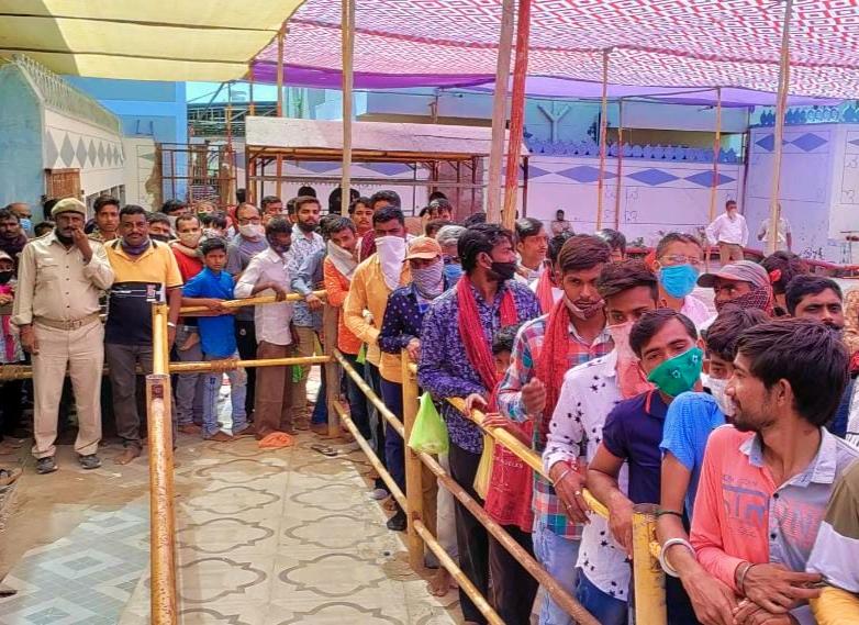 માતાના મઢ ખાતે આજે પ્રથમ નોરતે 30 હજારથી વધુ ભાવિકોએ આશાપુરા માતાજીના દર્શન કર્યા ભુજ (કચ્છ),Bhuj (Kutch) - Divya Bhaskar