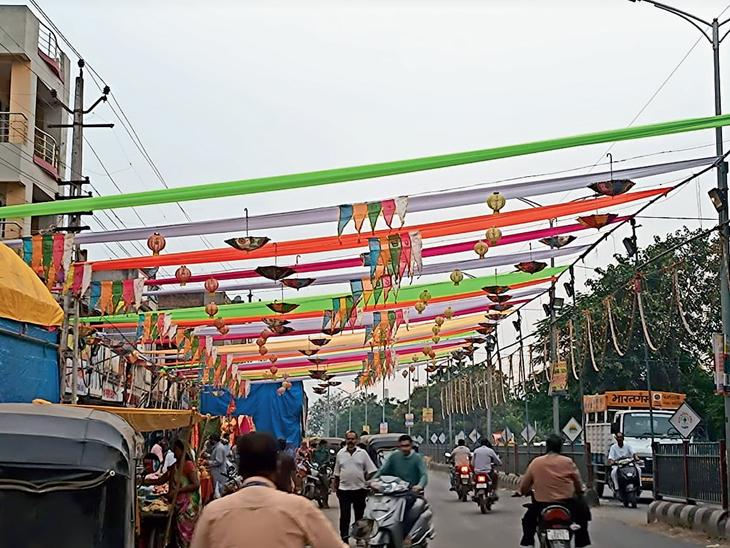 દાહોદ શહેરમાં નવલી નવરાત્રી પહેલાં મંદીરો અને વિસ્તારોમાં રંગબેરંગી કાપડ અને લાઇટિંગ કરીને શણગાર કરવામાં આવ્યો છે. જેણે નવરાત્રીનો માહોલ જમાવ્યો છે. - Divya Bhaskar
