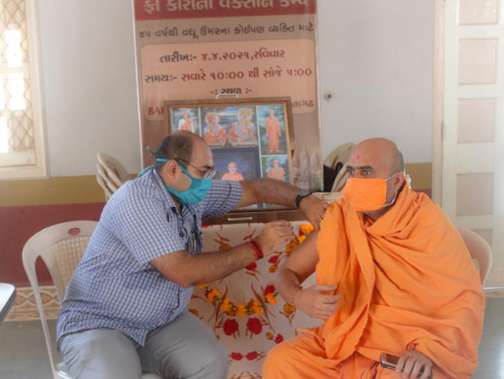 વેકસીનનો ડોઝ લઇ રહેલ સ્વામીનારાયણ સંપ્રદાયના સંત - Divya Bhaskar
