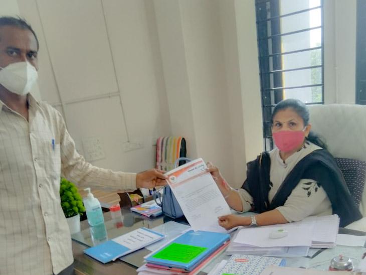 આવેદનપત્ર આપી રહેલ કિસાન સંઘના આગેવાન - Divya Bhaskar