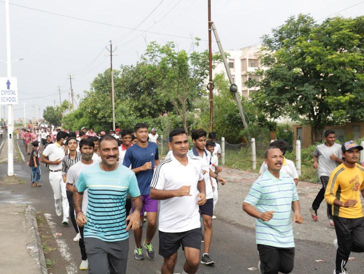 મેરેથોન દોડ કરતા અધિકારીઓ અને વિદ્યાર્થીઓ - Divya Bhaskar