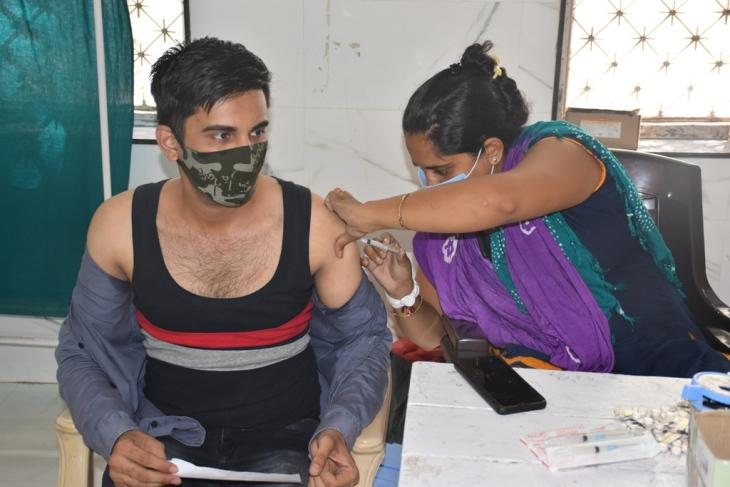 વેકસીનની કામગીરી કરતા આરોગ્ય વિભાગના કર્મચારીઓ