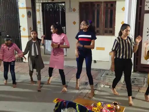 કુમકુમ પગલે માડી પધારજો..સુરતમાં પ્રથમ નોરતે શેરી ગરબામાં ખેલૈયાઓે પરિવાર સાથે ઝૂમી ઉઠ્યાં સુરત,Surat - Divya Bhaskar