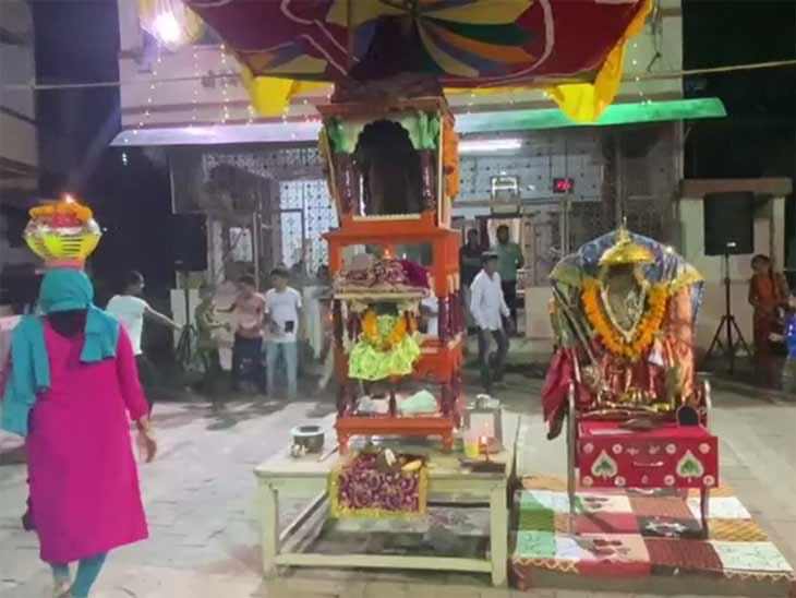 સાઉથ બોપલ, ઘાટલોડિયા, મોટેરા સહિત અમદાવાદમાં મોર્ડન સ્ટેપમાં ગરબાની રમઝટ, બીજા નોરતે ખેલૈયા રમ્યાં રાસ|અમદાવાદ,Ahmedabad - Divya Bhaskar