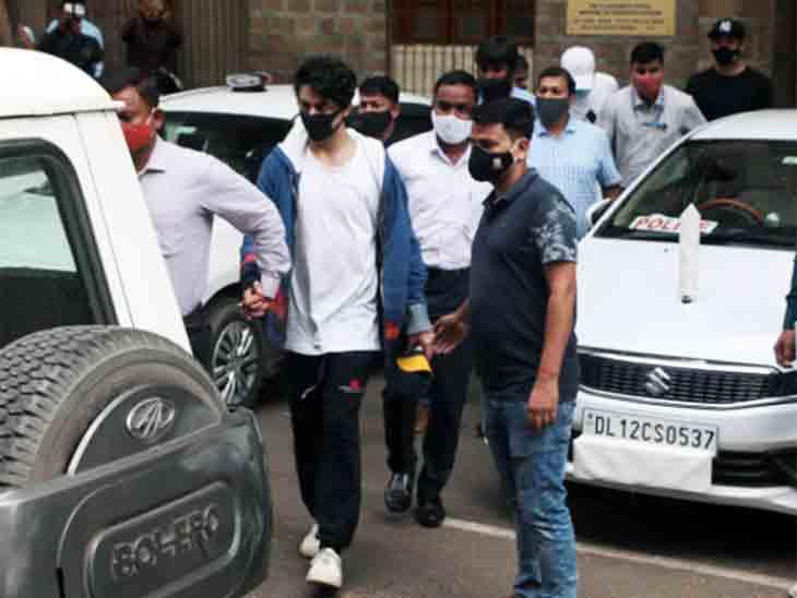 શાહરુખના દીકરાના ચહેરા પર નિરાશા જોવા મળી હતી, સામાન્ય કેદીની જેમ જ જેલનું ભોજન જમવું પડશે|બોલિવૂડ,Bollywood - Divya Bhaskar