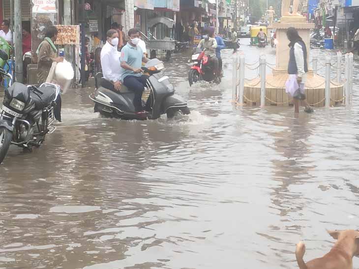 ધ્રાંગધ્રામાંબપોરના સમયે ગાજવીજ સાથેદોઢઈચ વરસાદ પડ્યોહતો. તસવીર-મનોહરસિંહ રાણા - Divya Bhaskar