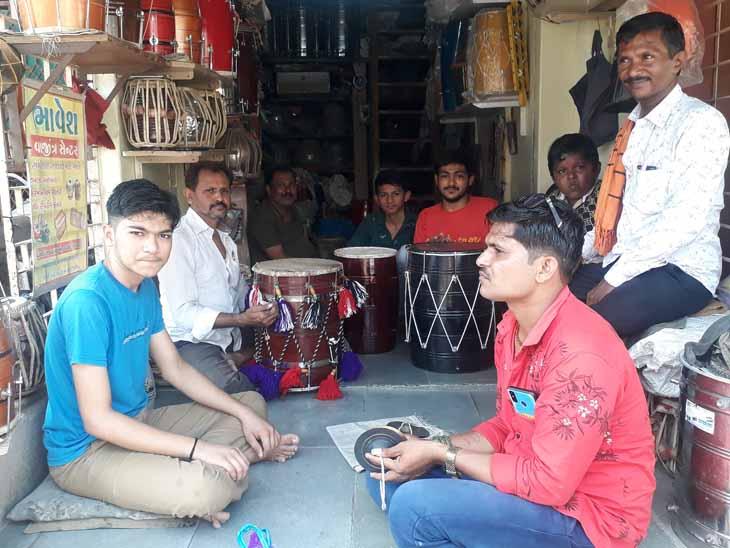 વાજીંત્રોની ખરીદી માટે લોકોમાં ઉત્સાહ જોવા મળ્યો. - Divya Bhaskar