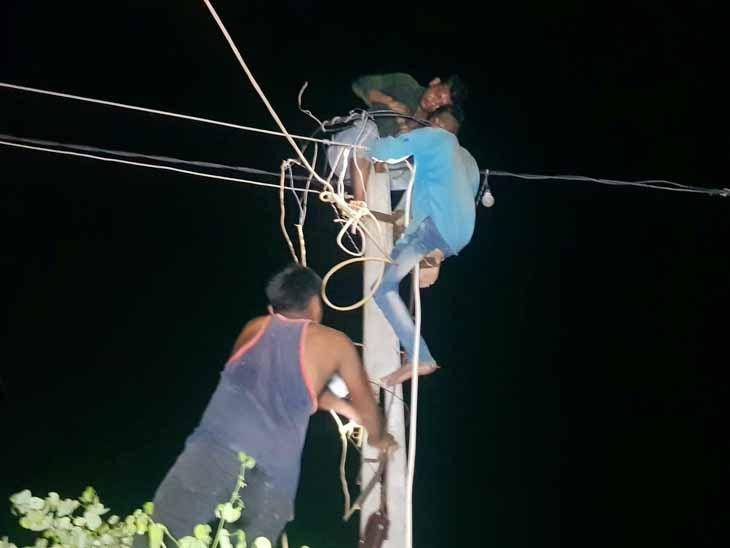 રતનપુરના ગ્રામજનો રાતના 12 વાગે વિજપોલ પર કામગીરી કરી હતી. - Divya Bhaskar