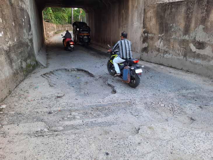 તેજગઢ જોજ રોડના ગરનાળાના ખાડાઓના કારણે ખખળધજ માર્ગ પરથી પસાર થતા રાહદારીઓ. - Divya Bhaskar