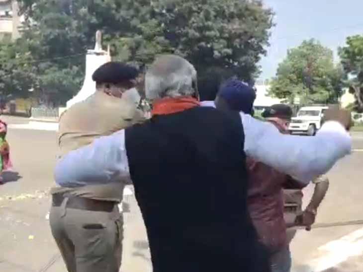પોલીસની હાજરીમાં ભાજપના આગેવાનોની દાદાગીરી. - Divya Bhaskar