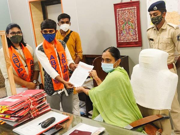ABVP આગેવાનોએ સૂત્રોચ્ચાર સાથે કલેક્ટર કચેરીએ લેખિત આવેદન પાઠવ્યું|સુરેન્દ્રનગર,Surendranagar - Divya Bhaskar