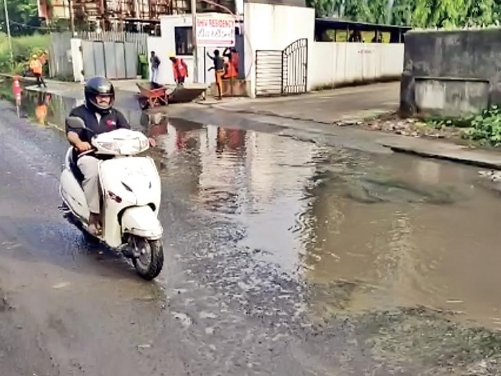 વાપી હાઇવે સર્વિસ રોડ પર વરસાદી પાણીનો નિકાલ ન થતા ખાડા પડ્યા વાપી,Vapi - Divya Bhaskar