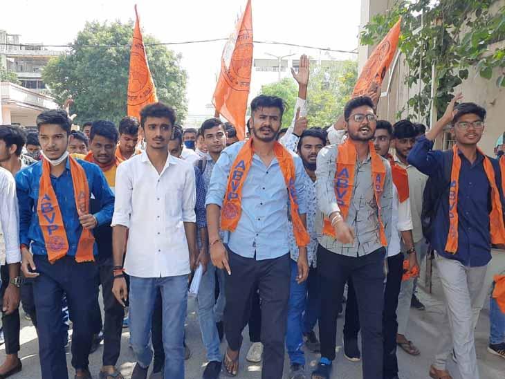સુરતમાં વિદ્યાર્થીઓને માર મારવાના મામલે પાલનપુરમાં ABVP દ્વારા કલેકટરને આવેદન|પાલનપુર (બનાસકાંઠા),Palanpur (Banaskantha) - Divya Bhaskar