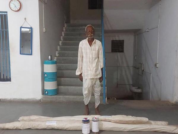 ગામના ખેતરમાંથી ગાંજાના નક છોડ સાથે પકડાયેલો ઇસમ. - Divya Bhaskar