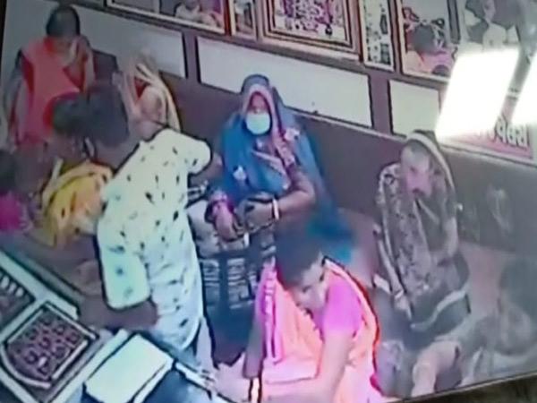 હાલોલ સોની બજારમાં સોનીની દુકાનમાં ગ્રાહકનો સ્વાંગ રચી પાંચ મહિલાઓ સહિતની ટોળકી ત્રાટકતાં વેપારીઓમાં ફફડાટ. - Divya Bhaskar