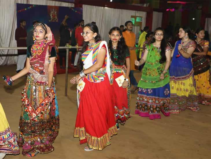 જીટીયુમાં નવરાત્રિ મહોત્સવ ઉજવાયો, સ્ટાફ અને વિદ્યાર્થીઓ ઉત્સાહભેર ગરબે રમ્યાં અમદાવાદ,Ahmedabad - Divya Bhaskar