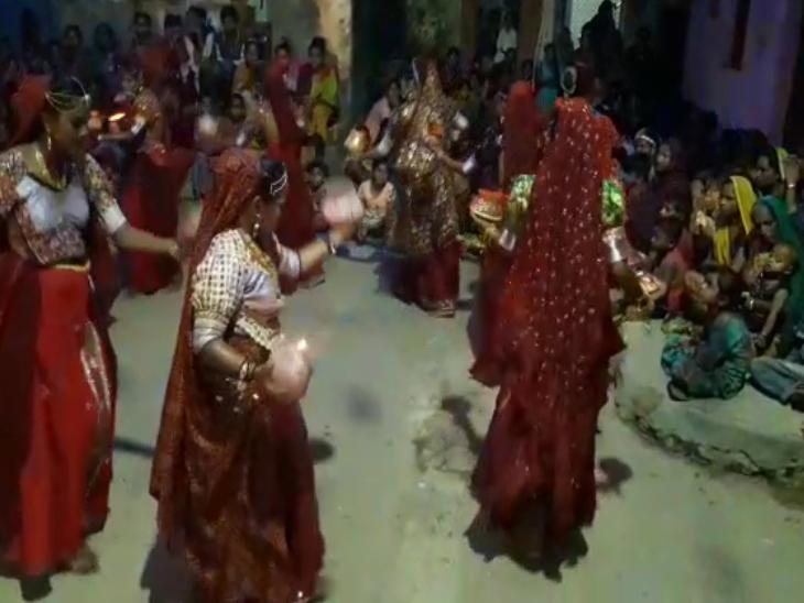 ગીર સોમનાથના પ્રશ્નાવડા ગામમાં યુવતીઓ હાથમાં ગરબા લઈ રાસ રમી, બાળાઓએ હાથમાં વાજિંત્ર સાથે ગરબે ઘૂમી|જુનાગઢ,Junagadh - Divya Bhaskar