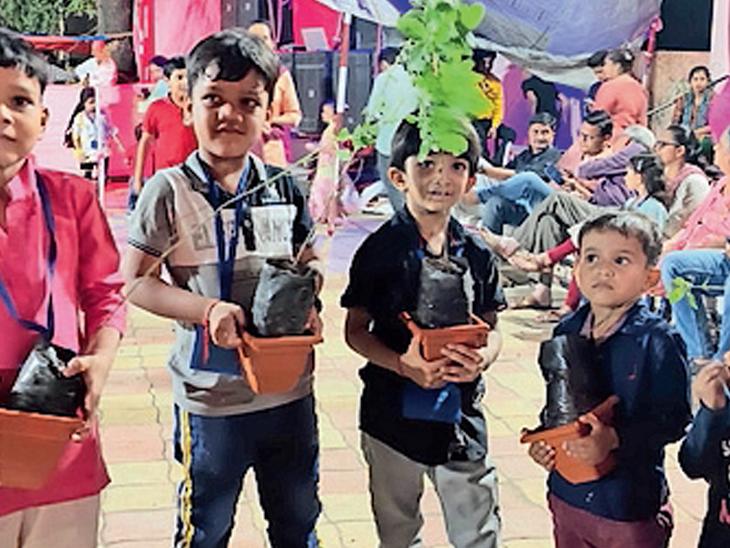 નવરાત્રિમાં ગરબા સાથે પર્યાવરણ, સંસ્કૃતિની જાળવણી ,ગરબામાં બાળકોને તુલસીની ભેટ|રાજપીપળા (નર્મદા),Rajpipla (Narmada) - Divya Bhaskar