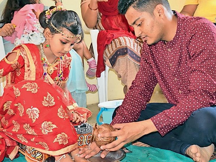 બરોડા યુથ ફેડરેશન દ્વારા નવરાત્રિના નવ દિવસ  કુવારિકાઓને જમાડી તેમનું પૂજન અર્ચન કરાયું હતું. આઠમે હરણી મોટનાથ મંદિર ખાતે કુંવારિકાઓના પગ ધોઇને પૂજા કરાઇ હતી. - Divya Bhaskar