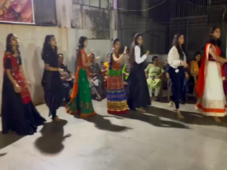 નવમા નોરતે શેરી ગરબામાં ડીજેના તાલે ખેલૈયાઓ ઝૂમી ઉઠ્યાં, ખેલૈયાઓ મનમૂકીને ગરબે ઘૂમ્યા સુરત,Surat - Divya Bhaskar
